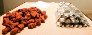 A bauxita é uma rocha de cor avermelhada, formada por processos de laterização